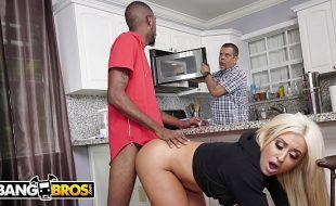 Bucetao gostoso dessa loira casada dando na cozinha