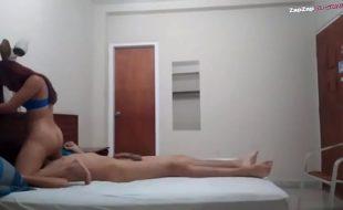 gostosa caiu na net levou a namoradinha para o motel e fodeu muito ela