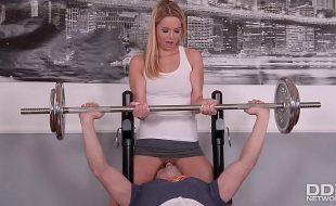 Porno na academia com loira safada fazendo sexo gostoso